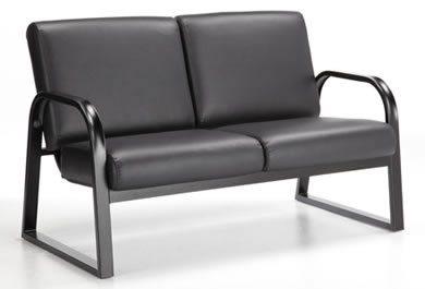 Onyx causeuse avec cadre en métal noir et coussins noirs